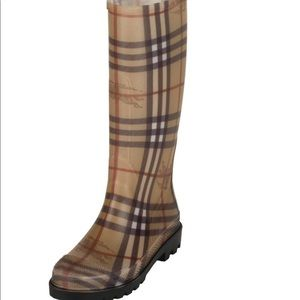 Used Burberry rain boots! In great condition 🥰